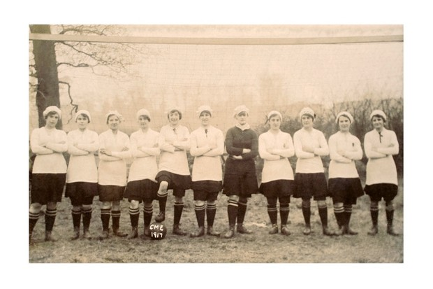 A line-up of girls ready to play football, somewhere in England during the First World War, c1917. (Photo by Popperfoto/Getty Images)