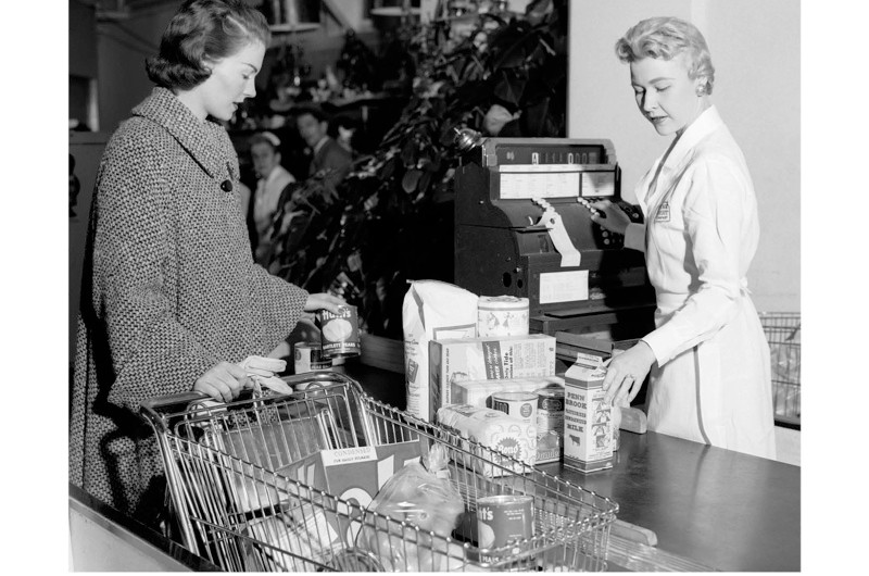 A 1950s woman at a grocery store. (Photo by ClassicStock / Alamy)