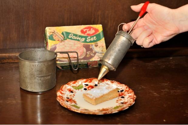 A Tala icing set c1950-60 and 1940s flour sifter. (© Emma Kay)