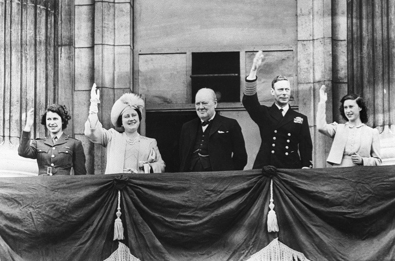 British prime minister Winston Churchill greeting the crowd from the balcony of Buckingham Palace. From left to right: Princess Elizabeth II; the Queen Mother; Churchill, King George VI and Princess Margaret. (Photo by Keystone-France/Gamma-Keystone via Getty Images)
