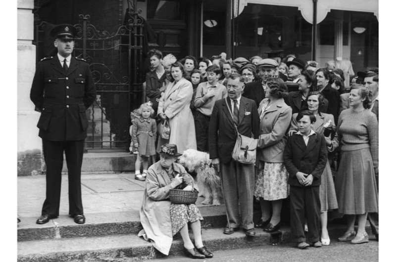 A crowd gathers to watch the witnesses arrive for the trial of John George Haigh, the 'acid bath murderer', in Lewes, East Sussex, July 1949.(Keystone/Hulton Archive/Getty Images)