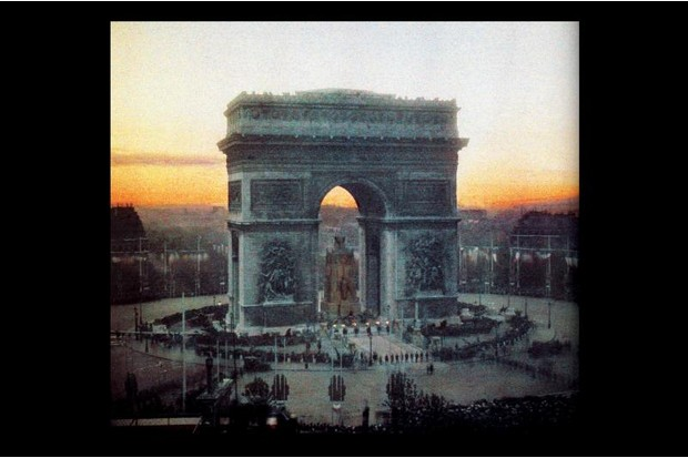 A colour image from Paris during World War One