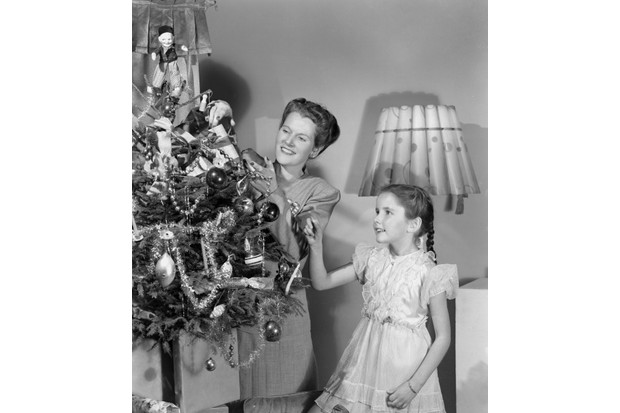 Woman20and20girl20decorating20a20Christmas20tree2C20c201948-49b841e