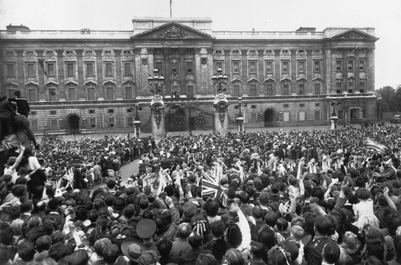 Buckingham Palace on VE Day in 1945. (Photo by Harry Todd/Fox Photos/Getty Images)