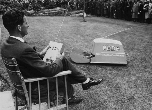 The radio-controlled lawn mower on show at the Chelsea Flower Show in 1959. (Credit: Keystone-France/Gamma-Keystone via Getty Images)