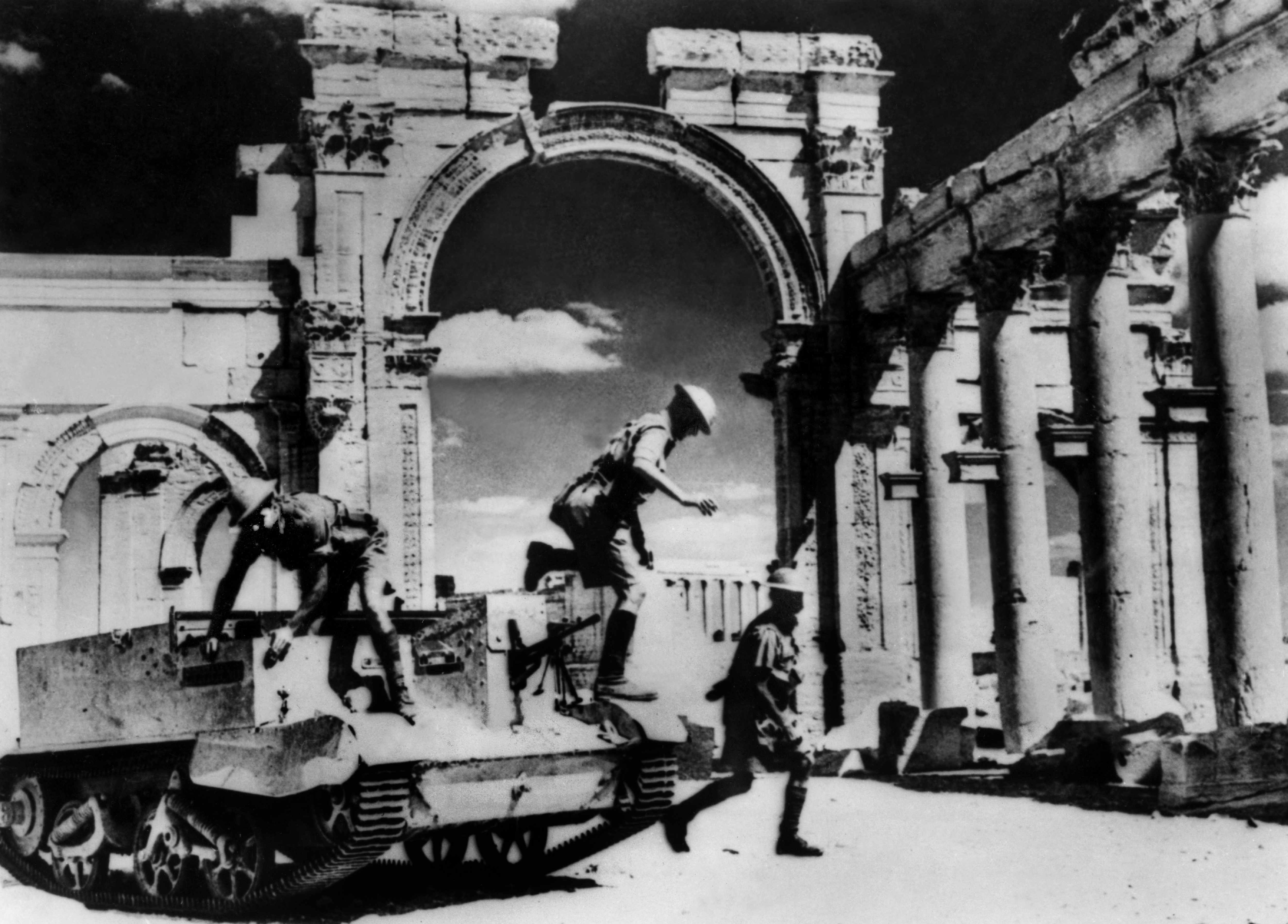 English soldiers in the ruins of Palmyre in charge of taking over the Syrian Territory occupied by Vichy's France. (Photo by Keystone-France/Gamma-Keystone via Getty Images)