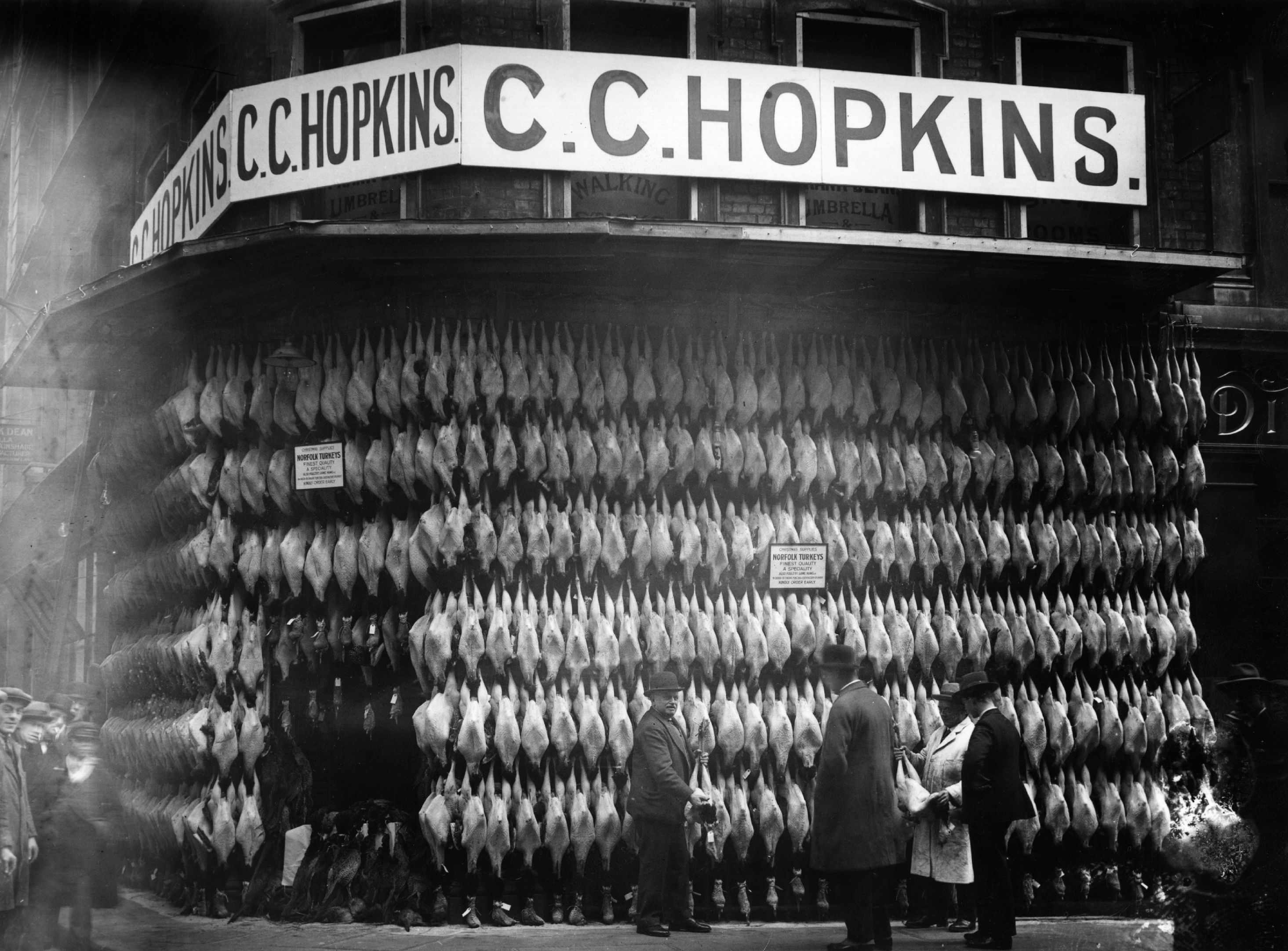 Turkeys, bred in Norfolk, cover the facade of a London butcher's shop, 1929. (Photo by Topical Press Agency/Getty Images)