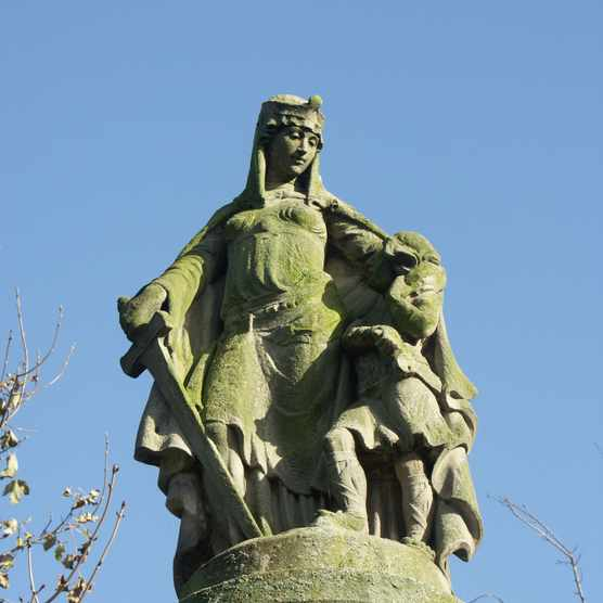 A statue of Æthelflæd – erected in Tamworth to mark the 1,000th anniversary of her fortifying the town. (Photo by Chris Gibson/Alamy Stock Photo)