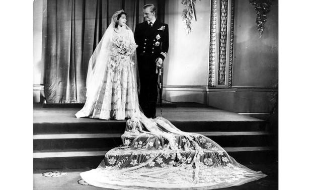La future reine Elizabeth II et son mari, le prince Philip, duc d'Édimbourg, à Buckingham Palace après leur mariage, le 20 novembre 1947. (Photo de Hulton Archive / Getty Images)