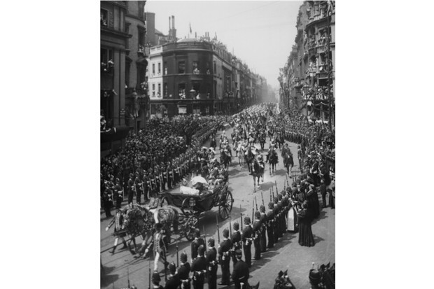 Crowds lining the streets of London to watch Victoria's diamond jubilee procession in 1897. (London Stereoscopic Company/Hulton Archive/Getty Images)