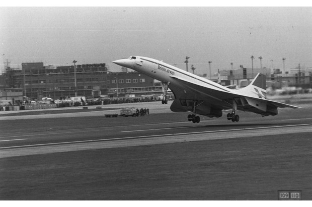 The take-off at Heathrow Airport of the first commercial Concorde flight, 21 January 1976. (Photo by Evening Standard/Getty Images)
