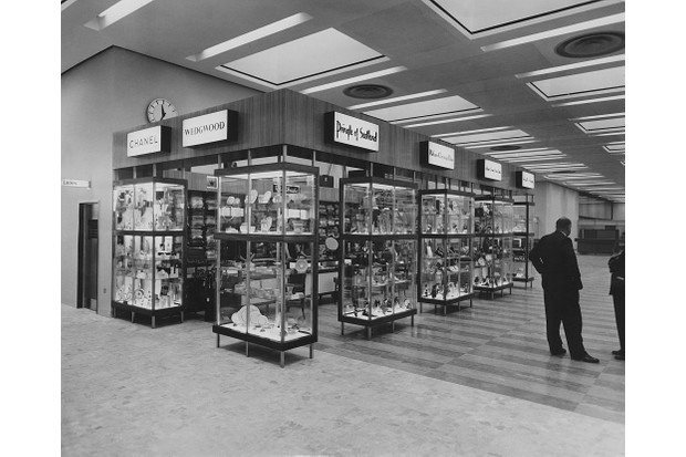 The new gift shop at London Airport, selling items by Chanel, Wedgwood and Pringle of Scotland, 8 November 1961. (Photo by Keystone/Hulton Archive/Getty Images)