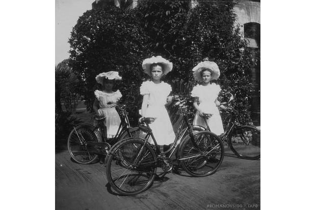(L to R) Grand Duchesses Maria, Olga and Tatiana, photographed at Peterhof, near Saint Petersburg, summer 1907. (Photo courtesy of Romanov100 project)