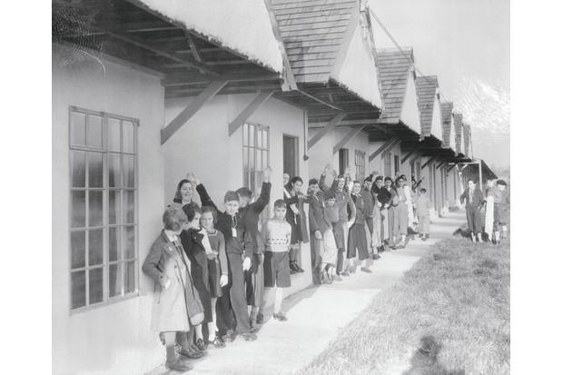 Refugiados em Dovercourt, Essex, onde o acampamento de férias serviu de abrigo até as crianças serem encontradas como lares adotivos.  (Foto de Bettmann / Getty Images)