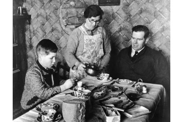 O Kindertransport evacuou cerca de 10.000 crianças ameaçadas pelo regime nazista para o Reino Unido.  Aqui, Otto Busch, de 11 anos, de Viena, senta-se com sua família adotiva, o Sr. e a Sra. Guest, em 1939. (Foto: Kurt Hutton / Hulton Archive / Getty Images)