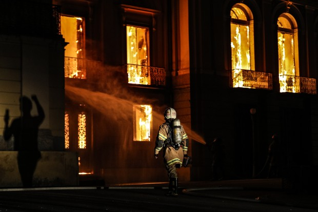 A fire burns through the National Museum of Brazil on 2 September 2, 2018 in Rio de Janeiro, Brazil. (Photo by Buda Mendes/Getty Images)