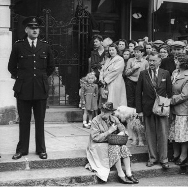 A crowd gathers to watch the witnesses arrive for the trial of John George Haigh, the 'acid bath murderer', in Lewes, East Sussex, July 1949. (Keystone/Hulton Archive/Getty Images)
