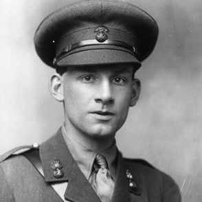 Siegfried Sassoon in uniform. (Photo by George C. Beresford/Hulton Archive/Getty Images)