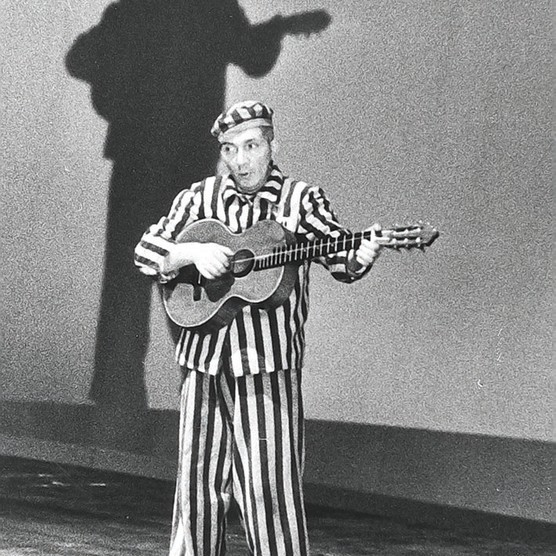 Aleksander Kulisiewicz, wearing a concentration camp uniform, performs at the Teatro Comunale in Bologna, Italy, 1965. (Image: Kulisiewicz family)