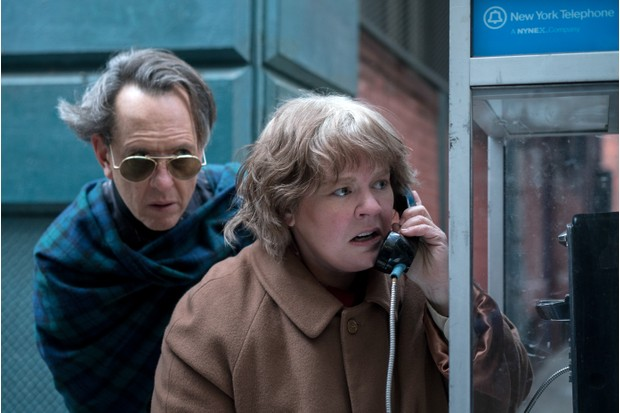 Richard E Grant as Jack Hock and Melissa McCarthy as Lee Israel in 'Can You Ever Forgive Me?' (Photo by Mary Cybulski © 2018 Twentieth Century Fox Film Corporation)