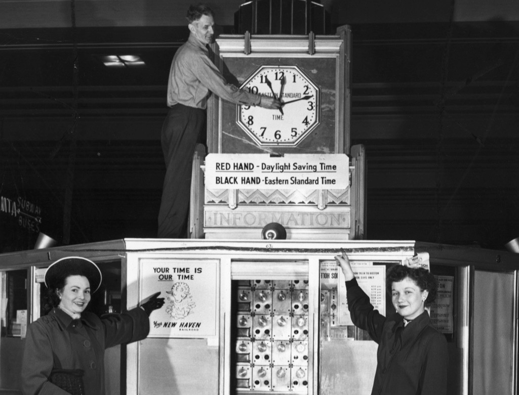 The clocks change at South Station in Boston, Massachusetts. (Image by Bettmann/Getty Images)