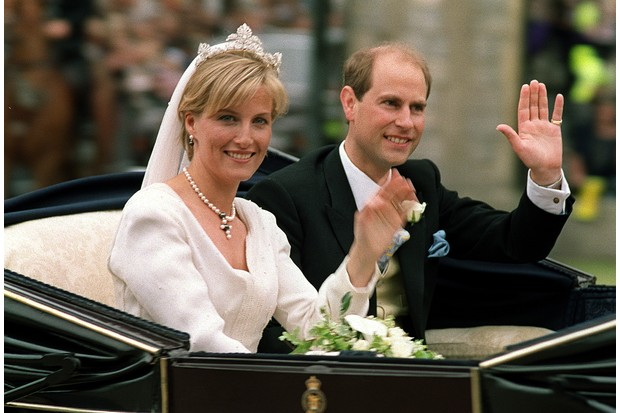The newly-wed Earl and Countess of Wessex after their wedding ceremony in June 1999. (Photo by Mike Simmonds/AFP/Getty Images)