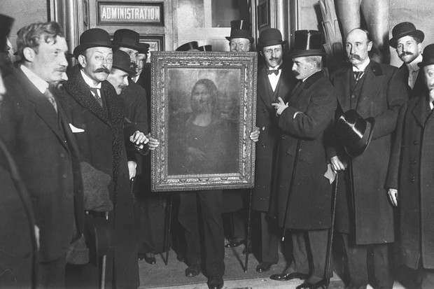 People gather around the Mona Lisa painting after its return in January 1914