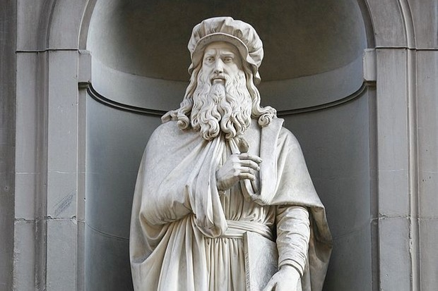 A statue of Leonardo da Vinci