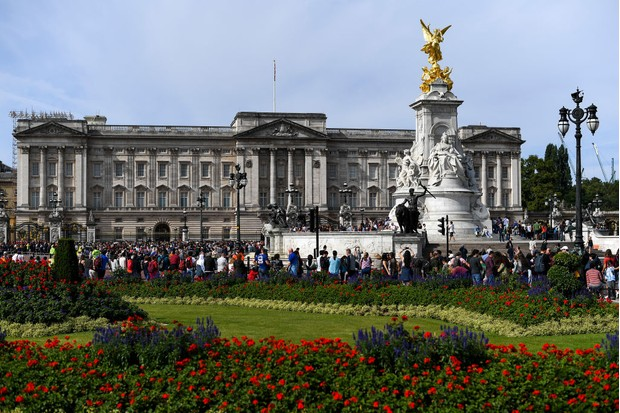 Tourists outside Buckingham Palace in London, circa August 2019. (Photo by Alberto Pezzali/NurPhoto via Getty Images)