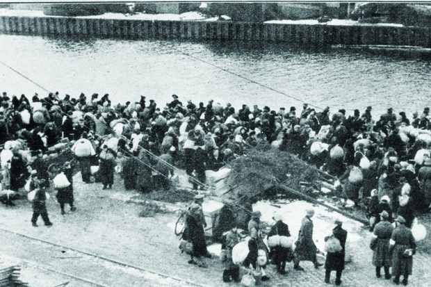 Go west: Refugees crowd the quayside in the port of Kolberg. Between them and their destination in the west lay freezing waters, mines and enemy submarines. (Photo by ullstein bild/ullstein bild via Getty Images)