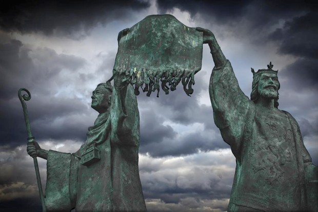 Bernard, abbot of Arbroath, and Robert Bruce hold up the Declaration of Arbroath on a monument in the town. (Image by Getty Images)