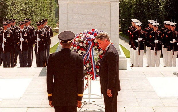 US President Bill Clinton lays a wreath at the Tomb of the Unknowns in 1994