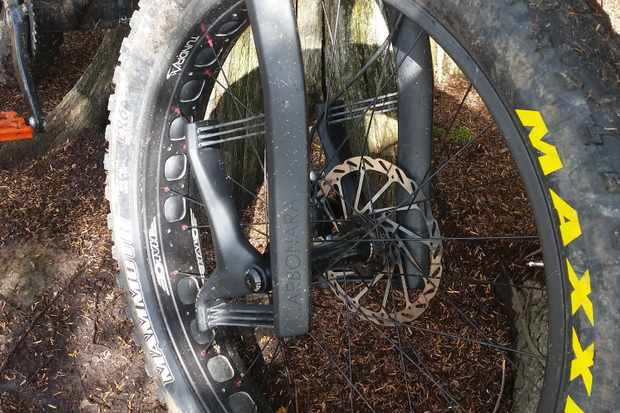 fat bike tyre in rigid front fork