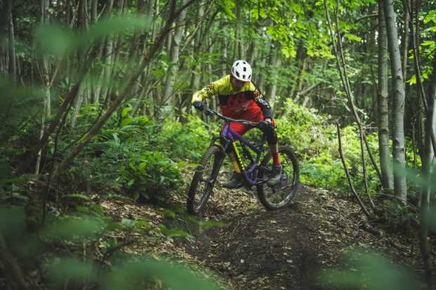 Lee Carter rides Identiti Mettle bike on an MBUK photoshoot for a scandi flick how to