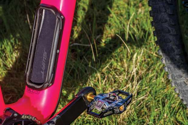 Hannah Barnes' custom Specialized Enduro has a neat SWAT storage system