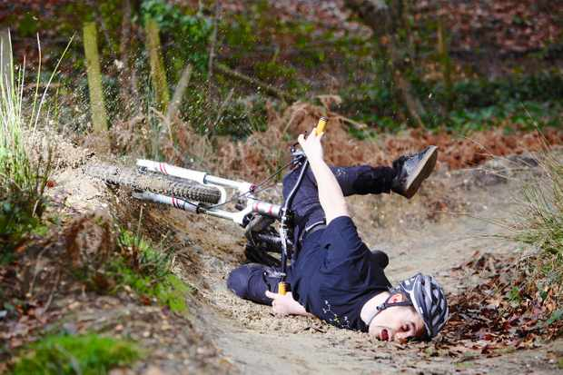 Man crashes on mountain bike and eats dirt