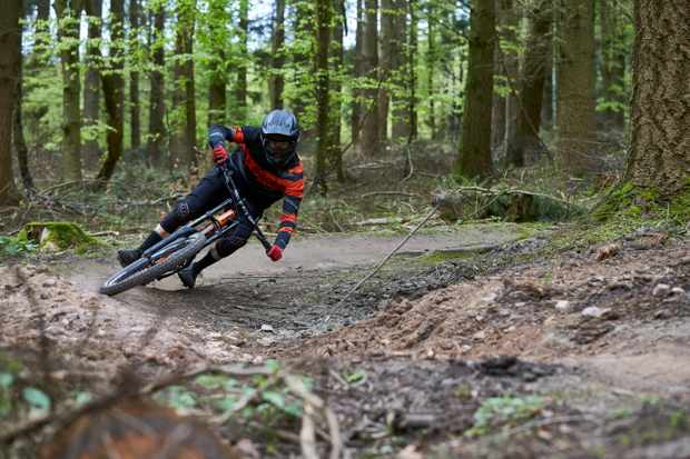 MBUK Features Editor Ed rails his freshly set-up DH rig, after a day of tuning with Sprung Suspension