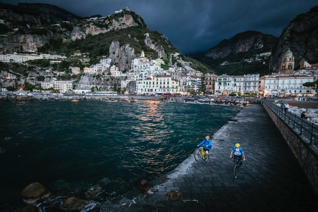 Hans and his guide Ottavio – well-fuelled with pasta and gelato – setting off from Amalfi, under stormy skies. Photo: Martin Bissig